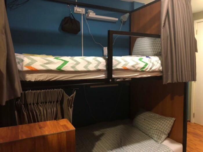 女子部屋のベッド1