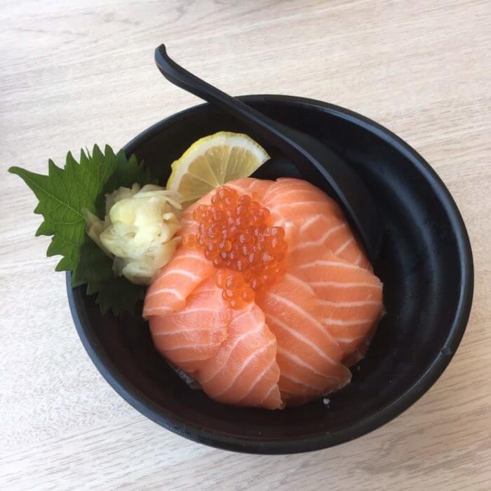 ハッピーアベニューのお寿司屋さんのサーモン丼