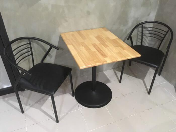iSARAハウスのテーブルとイス