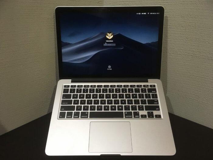 Majextandを立てた状態でMacBookを正面から