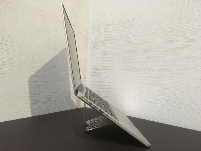 Majextandを立てた状態でMacBookを横から